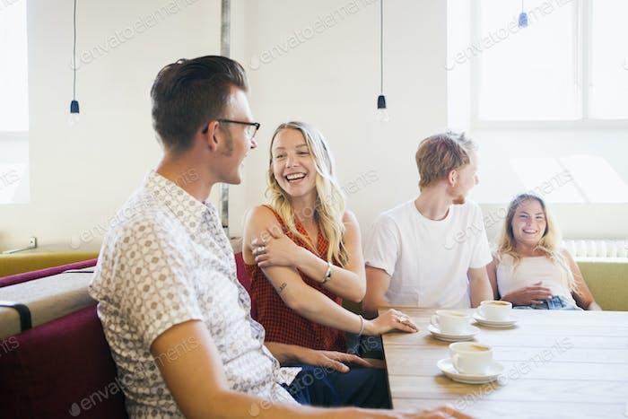Amigos felices disfrutando de fin de semana en la cafetería