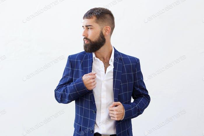 Schöner seriöser Geschäftsmann im blauen Anzug