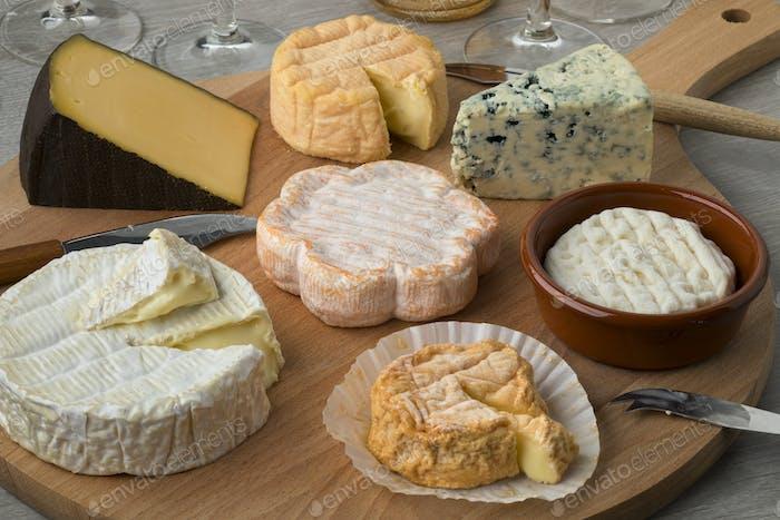 Tabla de queso de madera con una variedad de quesos