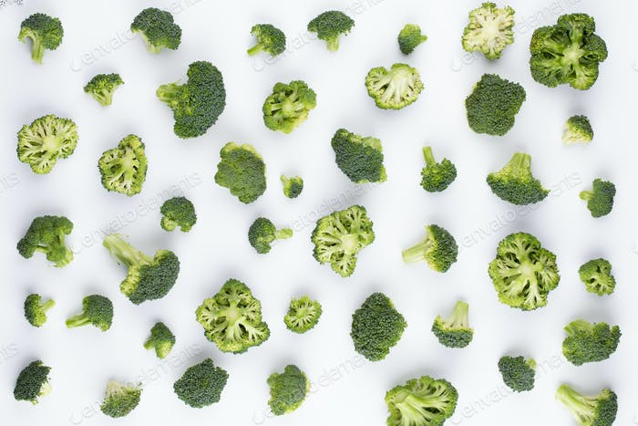Patrón de brócoli aislado sobre fondo blanco.
