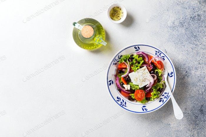 Griechischer Salat aus frischem Gemüse, Oliven und Feta. Traditionelle mediterrane Küche.