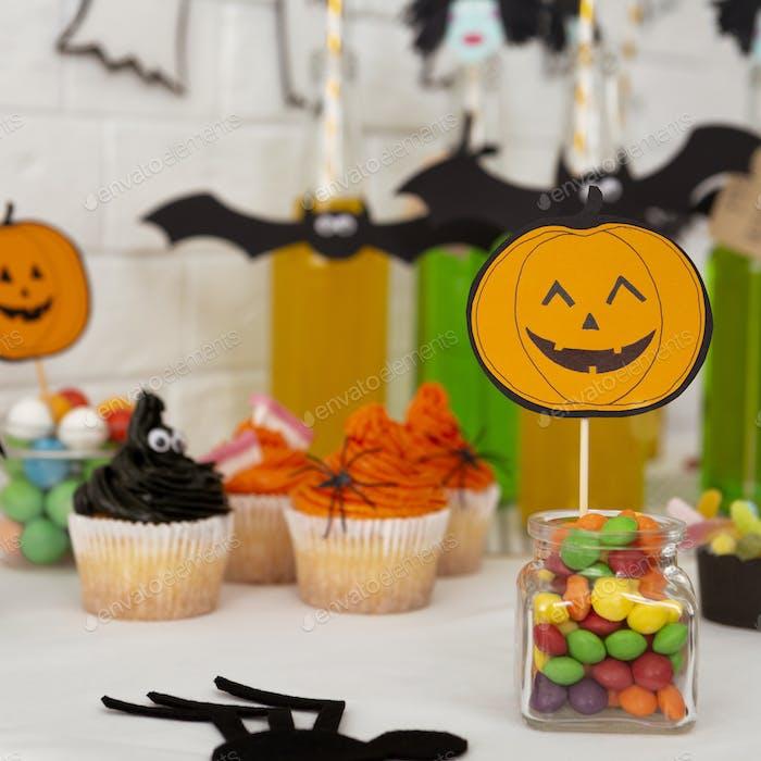 Halloween lächelnd und niedlichen Kürbis suggeriert Süßigkeiten
