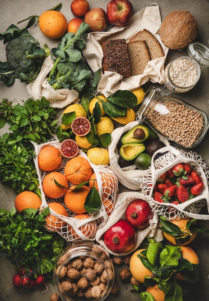 Auswahl an veganen, vegetarischen, ausgewogenen Diätnahrungsmitteln über konkretem Hintergrund