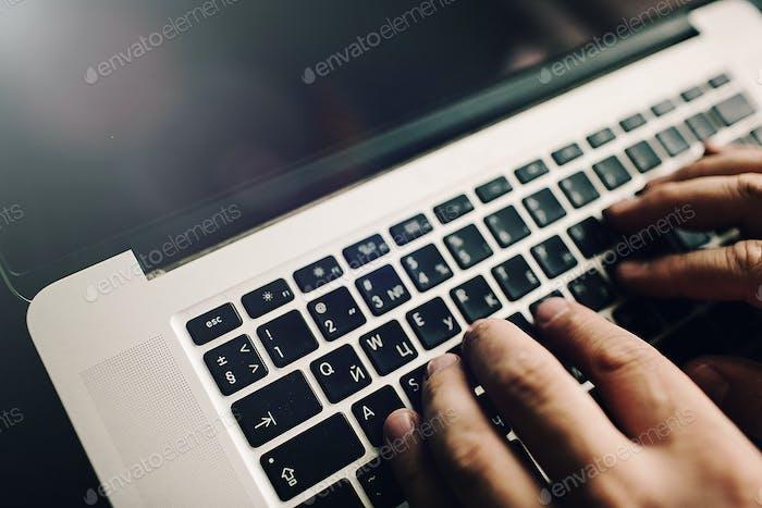 Mans Hände auf Laptop. Geschäftsmann Arbeit am Computer