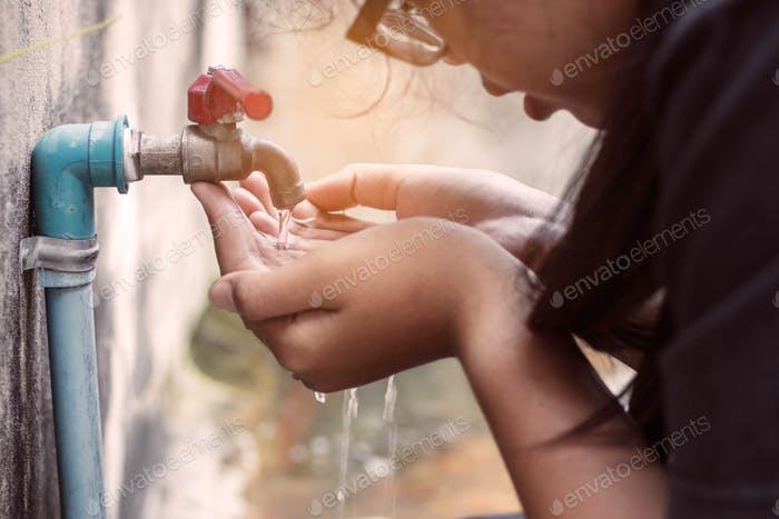 Mädchen trinken Wasser im Park