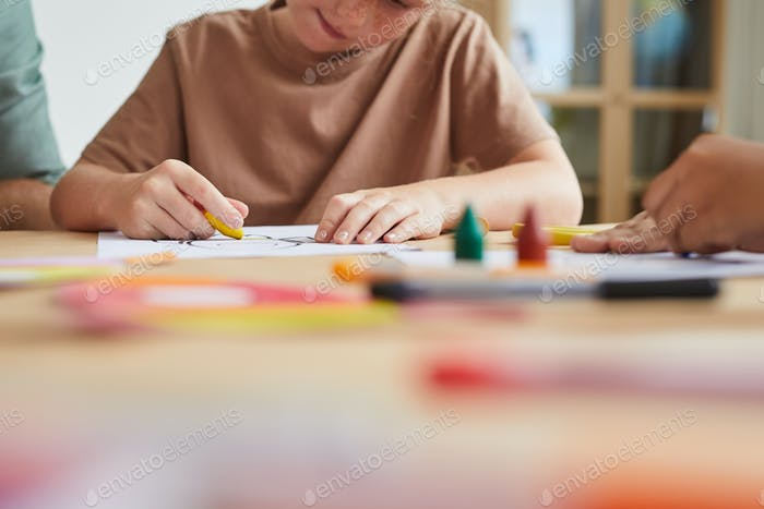 Kinder in Kunst- und Handwerksklasse Nahaufnahme