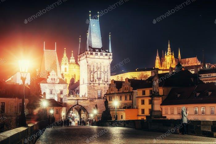 Blick auf die Prager gotische Burg mit Karlsbrücke