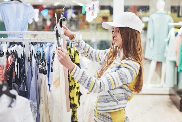 venta, moda, consumismo y concepto de personas - feliz mujer joven con bolsas de compras elegir