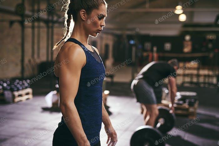 Menschen, die sich auf Kreuzheben im Fitnessstudio vorbereiten
