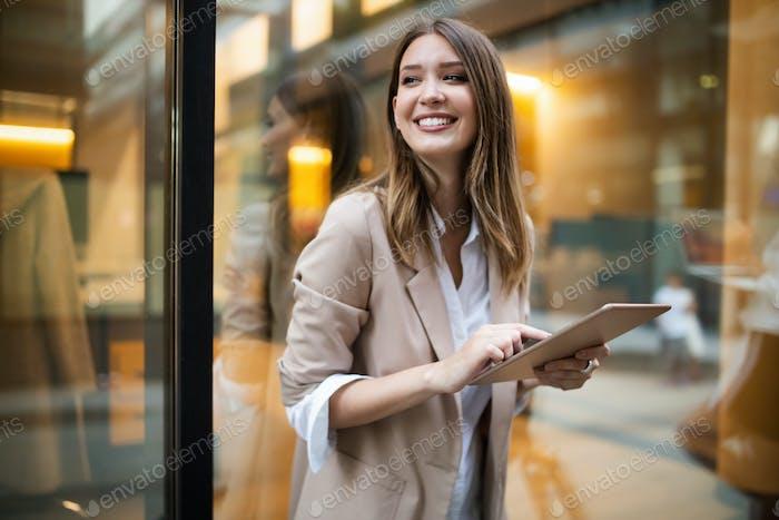 Urban glückliche Geschäftsfrau mit Tablet-Computer und arbeiten