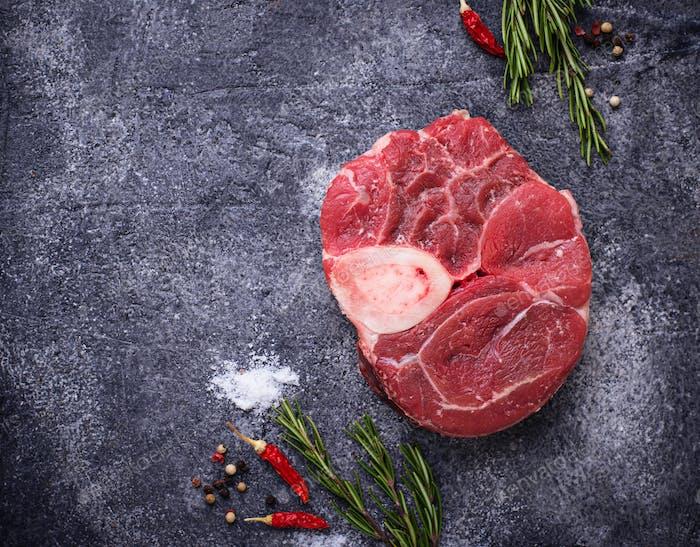 Rohes Fleisch Osso Buco mit Gewürzen