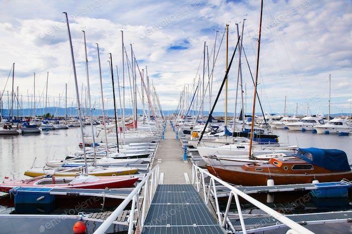 Blick auf einen Yachthafen in Trondheim