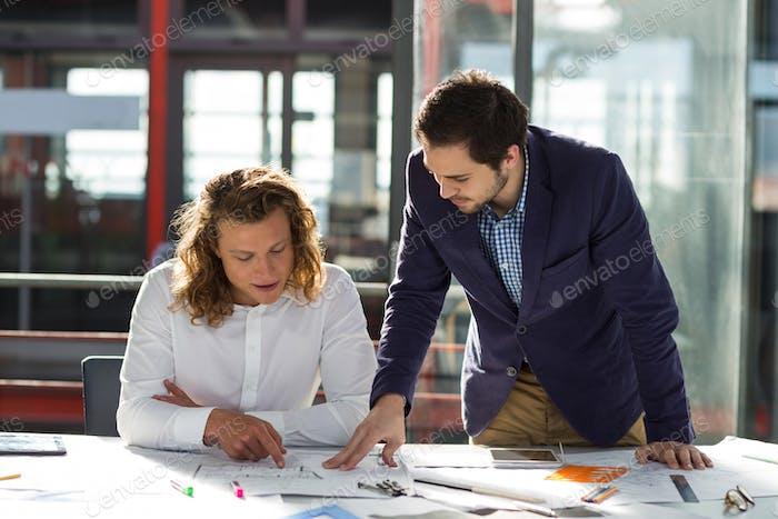 Бизнесмены, обсуждающие график