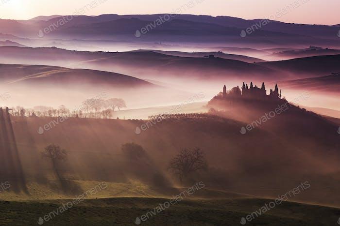 Morgendämmerung im nebeligen toskanischen Tal