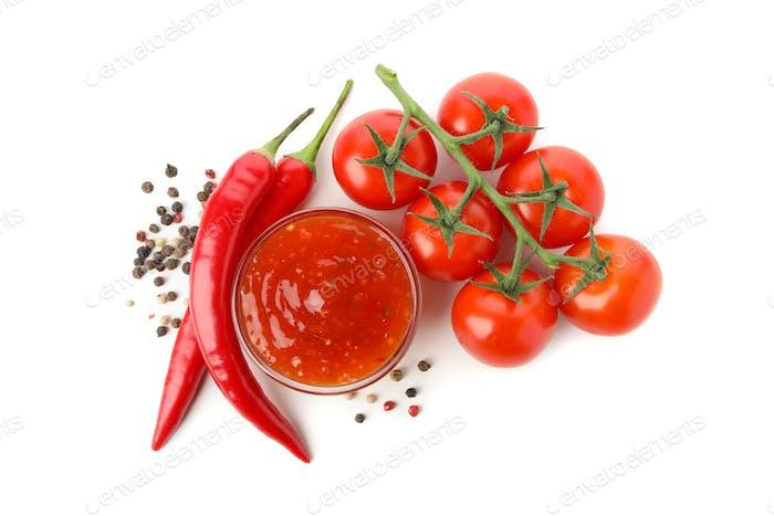 Zweig von Tomaten, Paprika und Sauce einzeln auf weißem Hintergrund