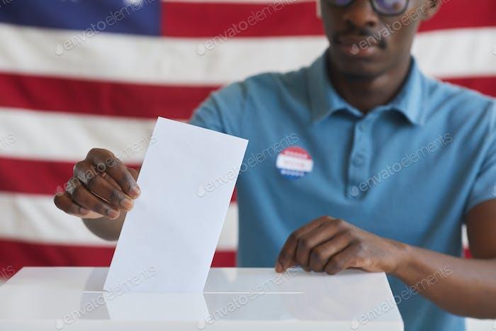 Hombre africano pone voto en las urnas de cerca