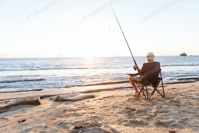 Senior Mann Angeln auf Seeseite