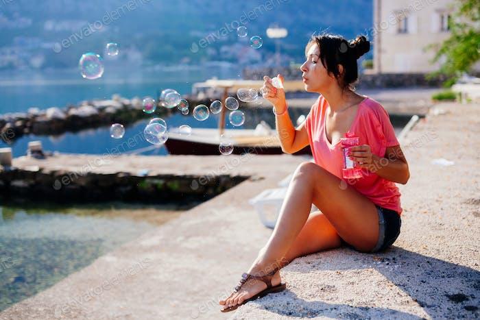 Mädchen blasen Blasen auf Strand