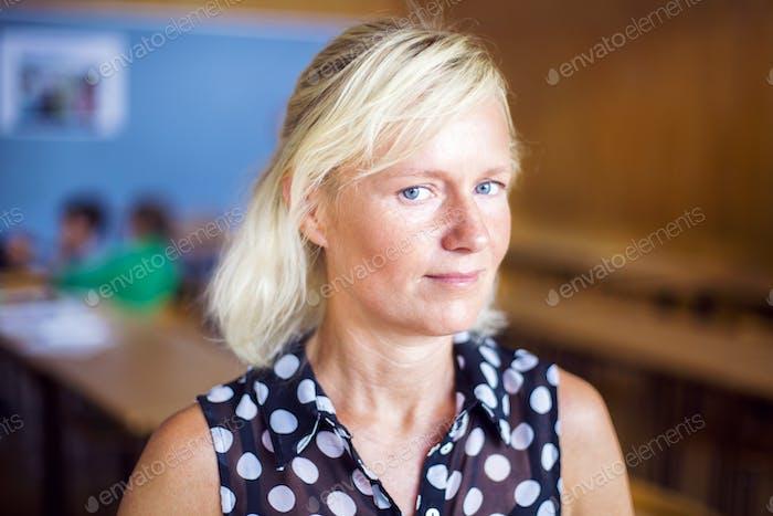 Porträt des selbstbewussten Lehrers in der Grundschule