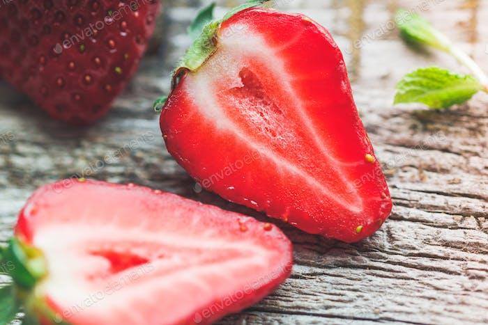 Hälften der reifen Erdbeere