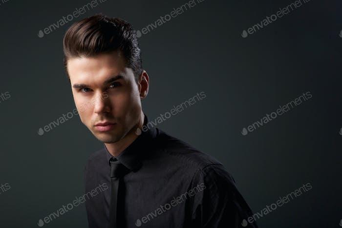Современный молодой человек с прохладной прической