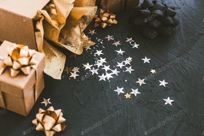 Weihnachtsgeschenke auf schwarzem Hintergrund. Offenes Geschenk mit Sternen.