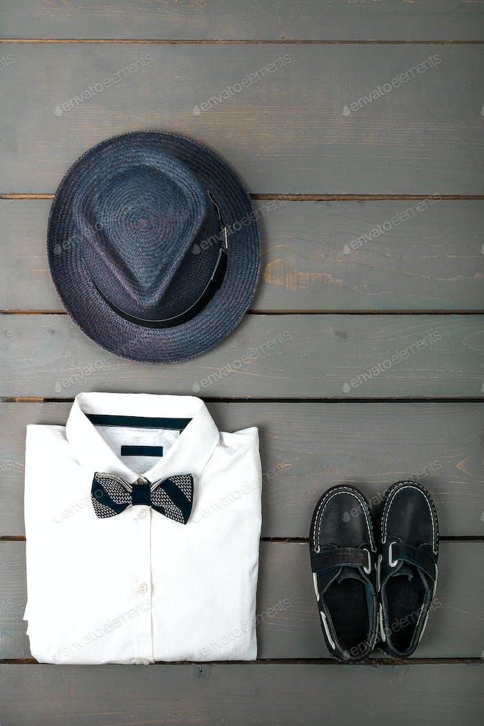 Herren-Outfit auf hölzernem Hintergrund, Kindermode Kleidung.
