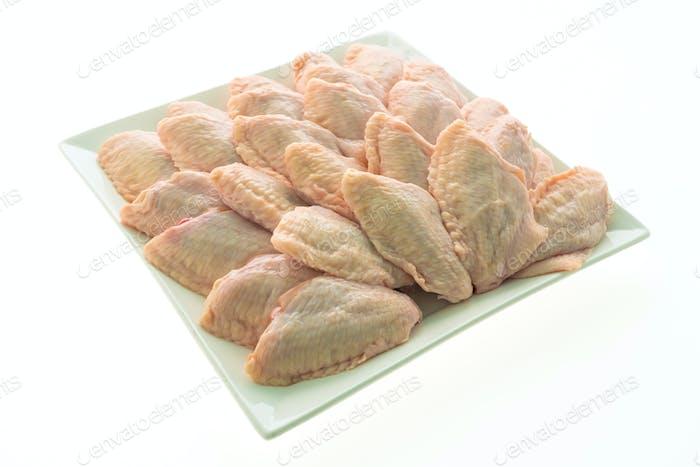 Rohes Hühnerfleisch und Flügel in weißem Teller