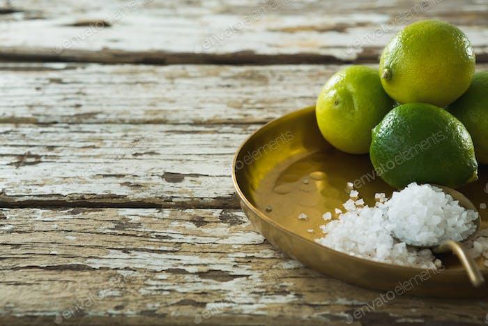 Salz und Kalk in einem Teller