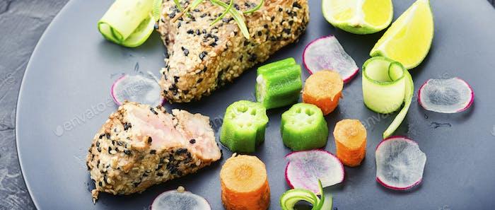 Thunfisch mit Gemüse.