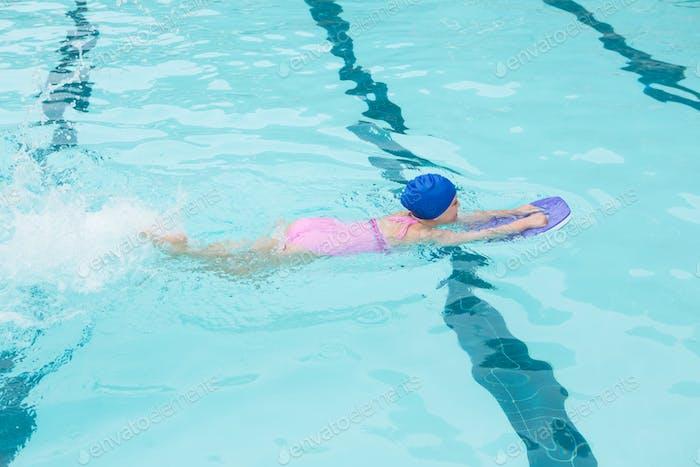 Mädchen schwimmen im Pool