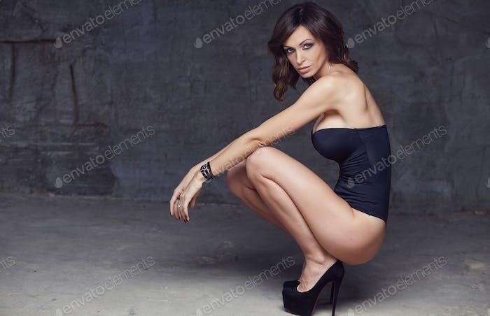 Sexuelle Brünette Frau in einer Dessous.