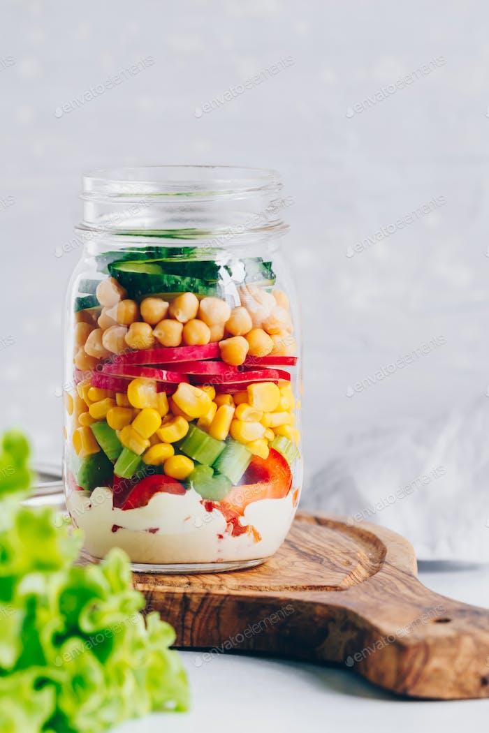 Layering Gemüsesalat in einem Glas.