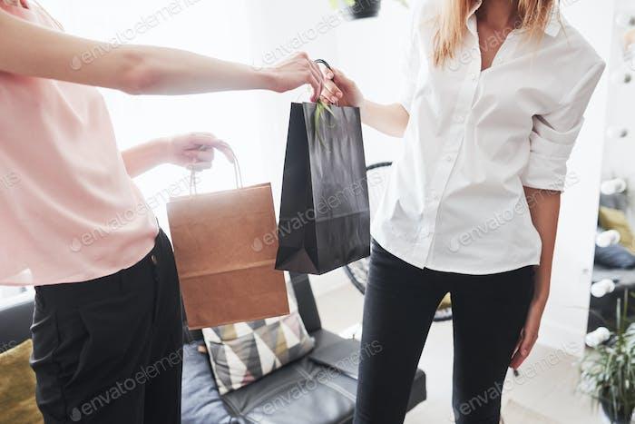 Gutes Coworking entspricht netten Ergebnissen. Ordnung in der Näherei im Paket geben. Neue handgemachte Kleidung