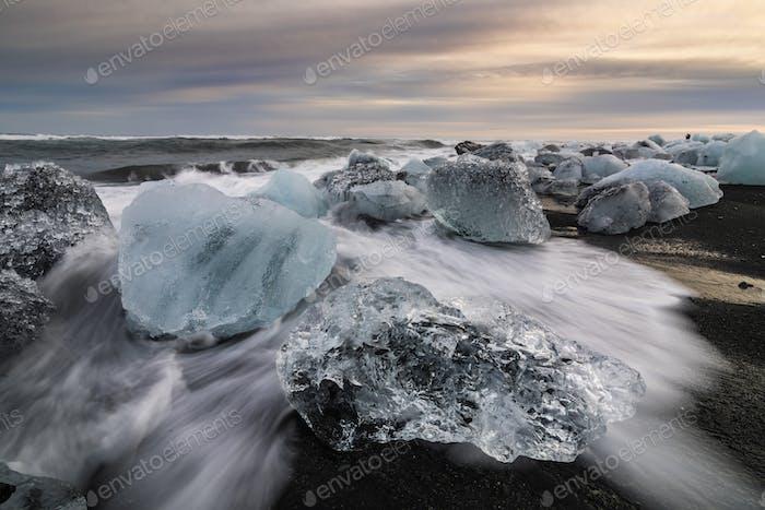 Rock de Hielo con Playa de Arena negra en la Playa de Jokulsarlon. Playa de diamantes en Islandia