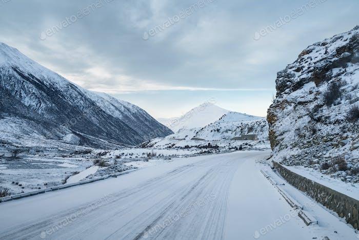 Straße auf schneebedecktem Plateau