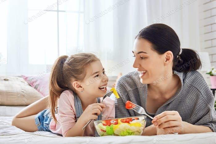 Mutter und Tochter essen Salat