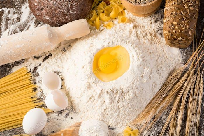 Mehl, Eier, Weizen Stillleben