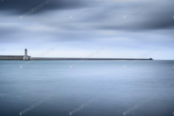 Livorno Hafen Leuchtturm, Wellenbrecher und weiches Wasser unter bewölkt