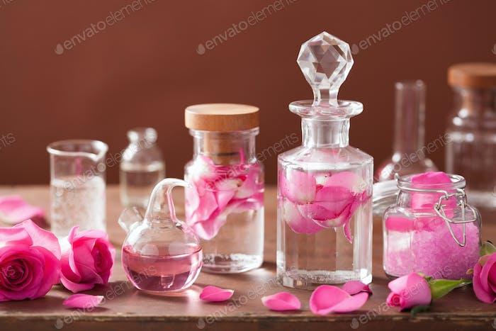 Alchemie- und Aromatherapie-Set mit Rosenblüten und Kolben