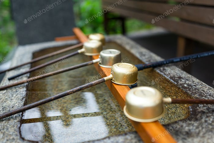 Japanische Holzkelle im Schrein