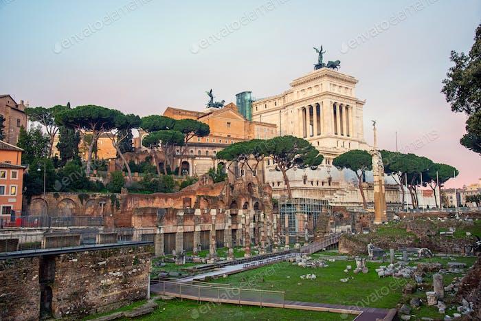 Die berühmten Ruinen des Forum Romanum und das Nationaldenkmal Victor Emmanuel II in Rom