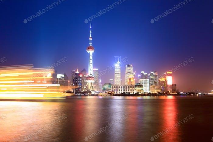 schöne Shanghai huangpu Fluss in der Nacht
