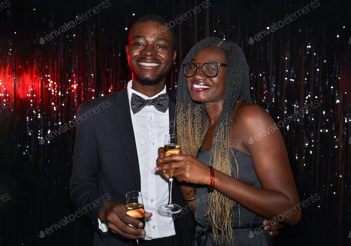 Радостная афро-американская пара на вечеринке