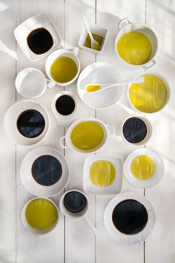 Pfannen mit Öl und Essig