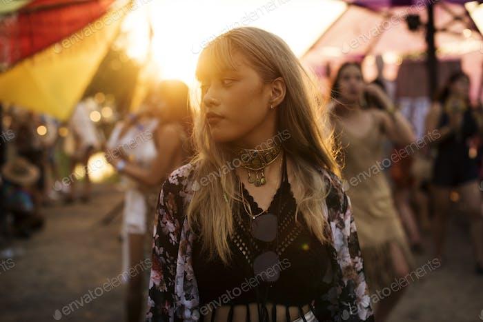 Frau steht im Musikfestival