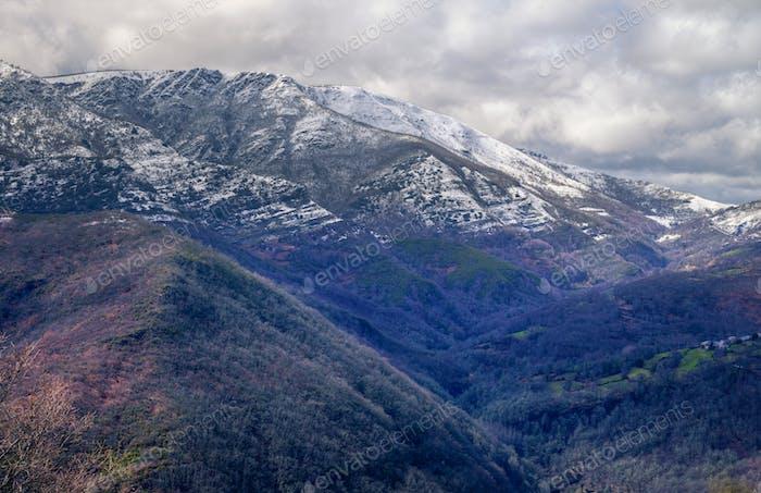 Hohe Gebiete der schneebedeckten Berge