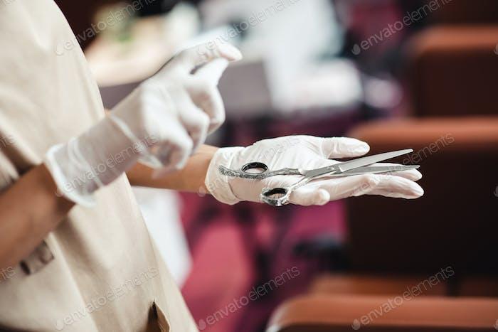 Beauty Master Sprühen antibakterielle antiseptische auf Schere, Nahaufnahme
