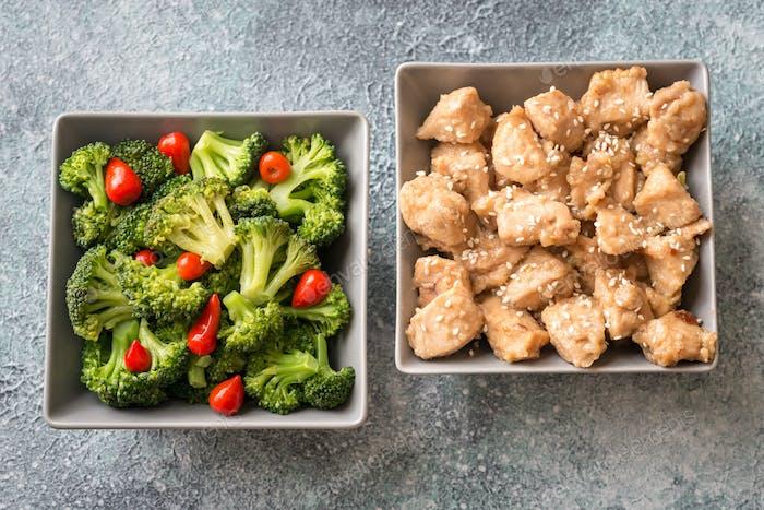 Schüssel mit Brokkoli und Hühnerbraten