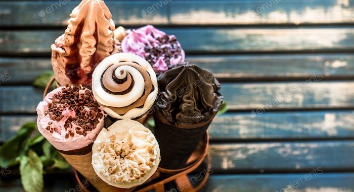 Cono de helado en el soporte